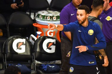 Warriors Stephen Curry warms up before game against the Lakers in Los Angeles