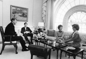 The Reagans welcome Princess Diana and Prince Charles to the White House