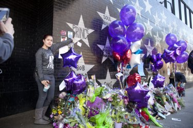 Fans pay tribute to Prince in Minneapolis