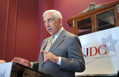 Democrats decry McCain's stance on Iran trade in Washington