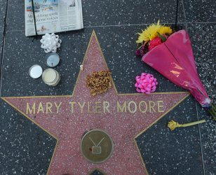 Fans pay tribute to Mary Tyler Moore with makeshift memorial in Hollywood