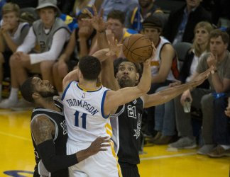 Warriors Klay Thompson sandwiched by Spurs