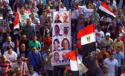 Tens of thousands of Egyptians take to the streets of Cairo