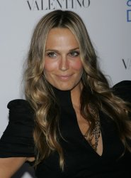 "Molly Sims arrives for the premiere of ""Love & Other Drugs"" in New York"