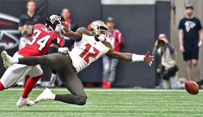 Bucs' Chris Godwin can't make reception during an NFL game in Atlanta