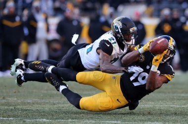 Pittsburgh Steelers JuJu Smith-Schuster is unable to hold onto a pass while defended by Jacksonville jaguars A.J. Bouye