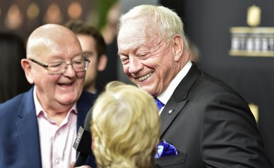 Jerry Jones shares laugh with Late ight TV host's parents during NFL Honors at Super Bowl LIII in Atlanta
