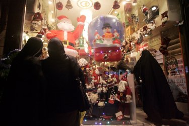 Iranians shop for Christmas