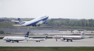 Untied 747 takes off at O'Hare Airport in Chicago