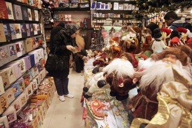 Iranians shopping for Christmas
