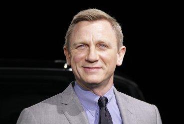 Daniel Craig unveils new Range Rover Sport