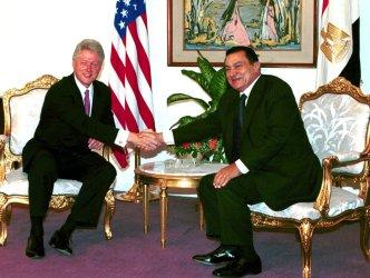 President Clinton meets with Egyptian President Hosni Mubarak