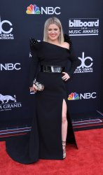Kelly Clarkson arrives at the 2018 Billboard Music Awards in Las Vegas, Nevada