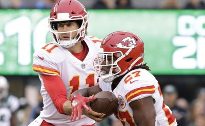 Chiefs Alex Smith hands the football off Kareem Hunt
