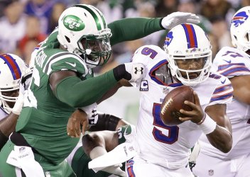 Jets Muhammad Wilkerson grabs the jersey of Bills Tyrod Taylor