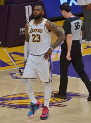 LeBron James Injures Right Ankle During Lakers' Loss to Hawks