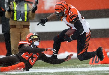 Bengals' Hill knocked out of bounds by Browns Haden