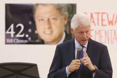 Former U.S. President Bill Clinton tours school promoting healthy choices