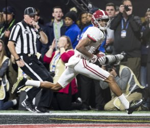 Alabama's DeVonta Smith catches the winning touchdown against the Georgia Bulldogs in the National Championship