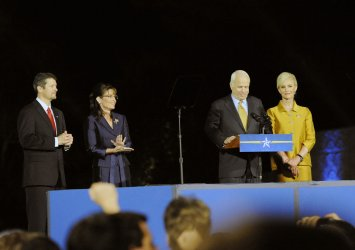 Sen. McCain concedes presidency to Sen. Obama in Phoenix, Arizona