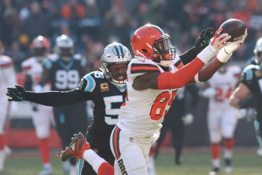 Browns Njoku makes a catch against Panthers