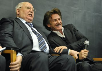 Gorbachev , Penn Talk to Students in Chicago