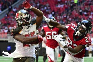 Bucs' Peyton Barber runs during an NFL game in Atlanta