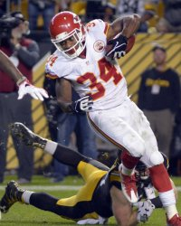 Kansas City Chiefs Knile Davis Evades Tackle in Pittsburgh