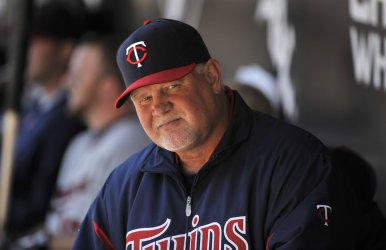 Twins manager Gardenhire sits in dugout against White Sox in Chicago