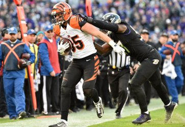 Ravens' C.J. Mosley pushes Bengals tight end Tyler Eifert out of bounds
