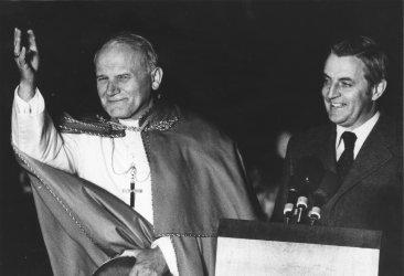 John Paul II says farewell at Andrews Air Force Base