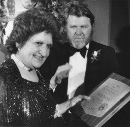 UPI White House bureau chief Helen Thomas receives Fourth Estate Award from National Press Club