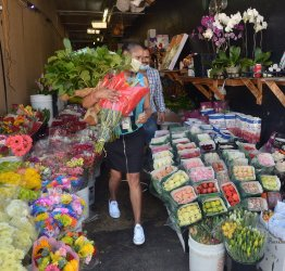 Flower wholesalers and shops allowed to reopen before Mother's Day in Los Angeles
