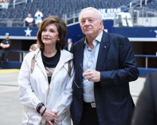 Dallas Cowboys owner Jerry Jones, and his wife Gene, watch an artist at the inaugural KAABOO Texas festival