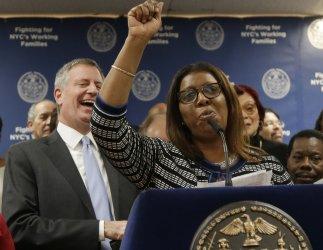 Mayor Mayor Bill de Blasio raises the minimum wage to 15$