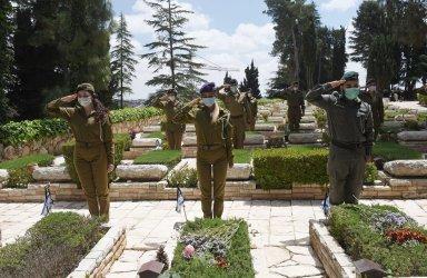 Israeli Soldiers Salute Graves Of Fallen Soldiers