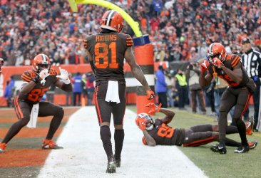 Browns Higgins sheds tackle to score TD against Bengals