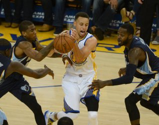 Warriors Stephen Curry drives against Grizzles