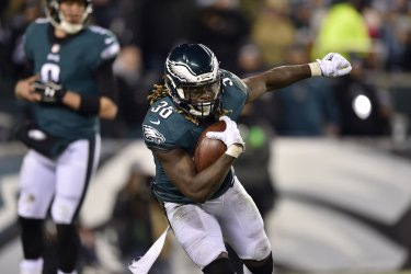 Eagles' Jay Ajayi runs the ball