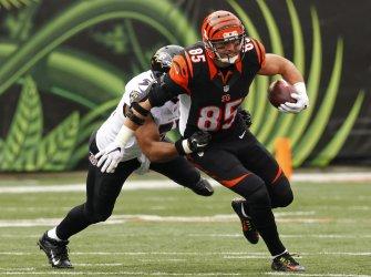Bengals TE Tyler Eifert runs under pressure