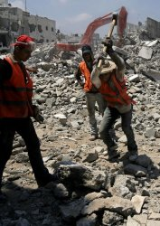 UN workers clear rubble in Gaza