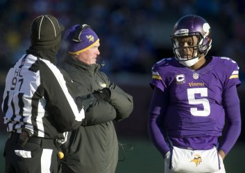 Minnesota Vikings head coach Mike Zimmer talks with  QB Teddy Bridgewater