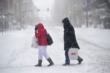 People fight blizzard conditions in Chicago