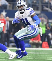 Cowboys Ezekiel Elliott runs for a short gain in against the Buccaneers
