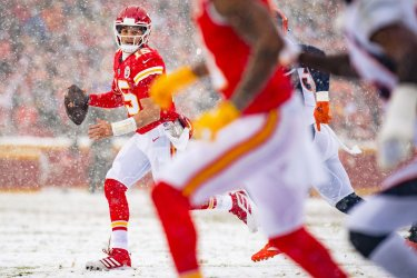 Chiefs' Patrick Mahomes looks for an open receiver