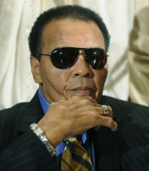 Muhammad Ali calls on Iran to release American hikers in Washington