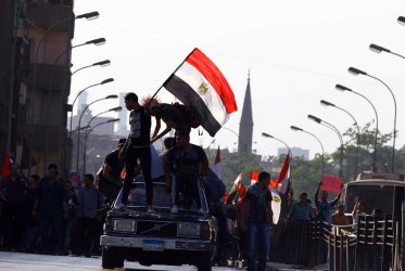Tens of thousands of Egyptians take to the streets in rival rallies