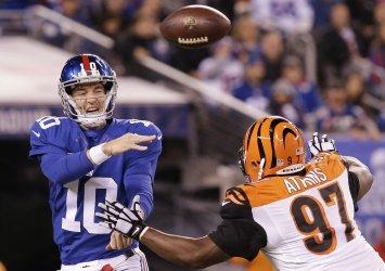 Bengals Geno Atkins pressures Giants Eli Manning