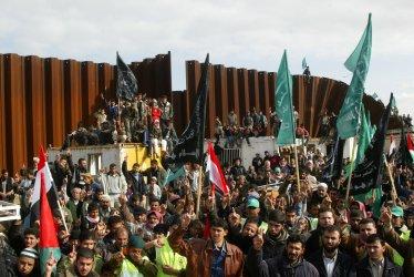 Palestinians demonstrate on Egypt-Gaza border