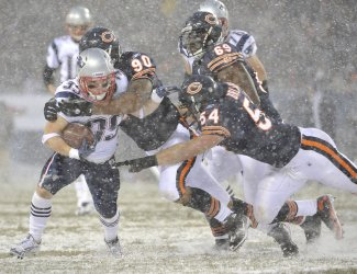 Bears Peppers, Urlacher tackle Patriots Woodhead in Chicago